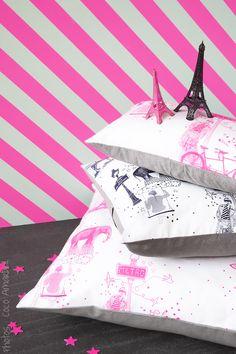 Coussin toile de jouy rose fluo et gris / cushion toile de Jouy neon pink and grey  © la cerise sur le gâteau - Anne Hubert - photo: Coco Amardeil