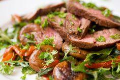 Oksemørbrad med en lun salat på champignoner, grillet peberfrugt og ruccola. Så selv en kød elsker som mig var vild med den