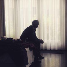 .Scène.▫️(no set up)  #actor #waiting #bedroom #scene #curtains #softlight #bed #suit #man #bearded #productionassistent #shortfilm #film #filmset  #amsterdam #shooting #cut #longday #iPhoneOnly