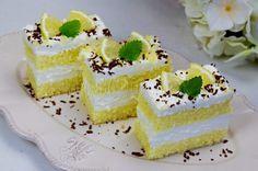 Jemné citrónovo-šľahačkové rezy | Pečené-varené.sk Mini Tortillas, Hungarian Cake, Oreo Cupcakes, Cheesecakes, Yummy Cakes, Vanilla Cake, Lemon, Dessert Recipes, Food And Drink