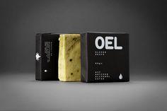 Die 90 Gramm OEL-Seife ein natives Produkt mit verseiftem Nativem Olivenöl extra, aus einhundert Prozent eigenen Koroneiki-Oliven, Shea Butter, Avocado, Fichten, Wasser und Spirulina