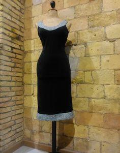 Vestido de lycra con ribetes de lana en escote y bajo