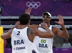 A dupla brasileira masculina de vôlei de praia formada por Ricardo e Pedro venceram os noruegueses Tarjei Viken Skarlund e Martin Spinnangr por 2 sets a 0, com parciais de 21/14 e 21/18  Foto: Reuters
