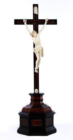 CORPUS CHRISTI IN ELFENBEIN Höhe des Corpus: 32 cm. Gesamthöhe: 73 cm. Sockelbreite: 23 cm. Der Corpus Christi in höchster bildnerischer Qualität, völlig...