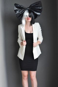 ein Sia Kostüm selber machen - schwarzes Kleid und weiße Jacke, schwarz-weiße Perüke
