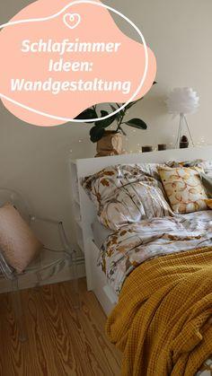 Wir zeigen Dir ein paar schöne Ideen für die Wandgestaltung in Deinem Schlafzimmer. Die richtige Wandfarbe für das Schlafzimmer zu finden ist nicht leicht. Mit diesen Tipps gelingt die Farbgestaltung vom klassischen Weiß zum neuen Farbton School House White! Comforters, Blanket, Furniture, Home Decor, Paint, Bedroom Ideas, Couple, Home Decor Accessories, Bed