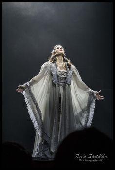Lucy a la espera de la llegada del Conde Dracula. Piel de gallina al escuchar a Luna Perez Lening cantar.