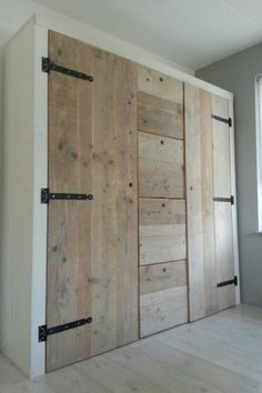 New bedroom wardrobe doors furniture ideas Pallet Wardrobe, Diy Wardrobe, Wardrobe Storage, Bedroom Wardrobe, Wardrobe Doors, Wardrobe Design, Bedroom Storage, Small Wardrobe, Diy Bedroom