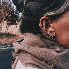 Why have one ear piercing when you can have them all? Inspired by star clusters, constellation ear piercings are the hottest thing in fashion right now and we want them all. Spiderbite Piercings, Piercing Tragus, Ear Peircings, Piercing Tattoo, Anti Tragus, Cartilage Hoop, Bellybutton Piercings, Mickeal Kors, Cute Jewelry