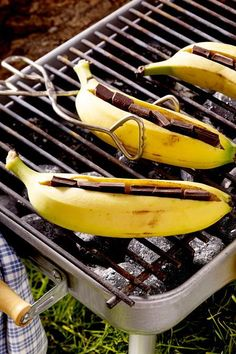 Chocolate bananas from the grill - Dessert Recipes Grill Dessert, Delicious Desserts, Yummy Food, Banana Dessert Recipes, Snacks Für Party, Butter Recipe, Different Recipes, Food Items, Grilling