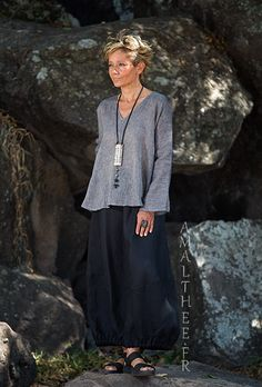 Black and grey linen outfit : the classic touch of urban elegance. Our flared dark slate grey pure linen gauze tunic Dana with flared sleeves and a generous Boho Outfits, Summer Outfits, Boho Fashion, Womens Fashion, Linen Skirt, Black Linen, Boho Chic, Couture, Clothes For Women