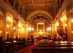 Fieles rezando en la Catedral del Santo Espiritu en  Estambul