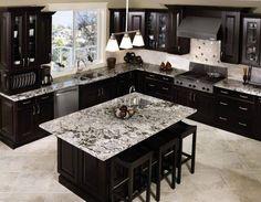 Hermosa cocina con cubierta de granito negro