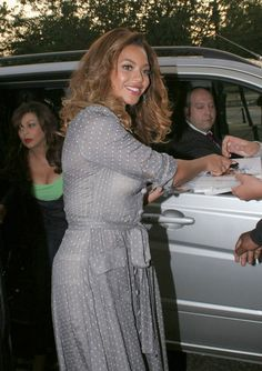Beyonce Knowles Photos: Celebrities Signing Autographs