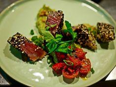 Unsere Vorspeisen-Empfehlung zum Start ins leckere #WOCHENENDE 💜💤 Thunfisch-Tataki mit Sesam auf frischer Guacamole und geschmorter Kirschtomate 😋 Wünschen Euch ein wunderschönes...💥 Grüße aus der Zauberflöte Offenburg