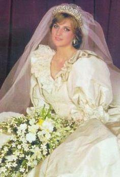 Princess Diana Royal Wedding -- up at 3 am to watch Diana Wedding Dress, Princess Diana Wedding, Princess Diana Photos, Princess Diana Family, Prince And Princess, Wedding Dresses, Lady Diana Spencer, Royal Brides, Royal Weddings