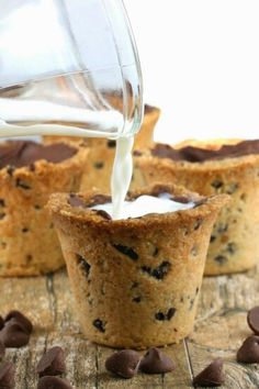 Chocolate Chip Cookie Shots from The Stay At Home Chef. Chocolate chip cookie shot glasses that you can fill with milk or another tasty beverage! Have your cookies in milk in one fun shot! Just Desserts, Delicious Desserts, Yummy Food, Delicious Chocolate, Dessert Healthy, Baking Desserts, Healthy Meals, Healthy Recipes, Yummy Treats