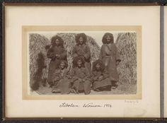 D.T. Dalton | Groep Tibetaanse vrouwen voor hooibergen, D.T. Dalton, 1904 | Onderdeel van Fotoalbum met 24 foto's van de reis van legertelegrafist D.T. Dalton door Tibet.
