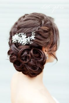 coiffure mariage tresse latérale avec un chignon discret bas cheveux long boucl. Curly Wedding Updo, Wedding Hairstyles For Medium Hair, Wedding Hair And Makeup, Bride Hairstyles, Pretty Hairstyles, Hair Wedding, Hairstyle Wedding, Bridal Hair Combs, Sweet 16 Hairstyles