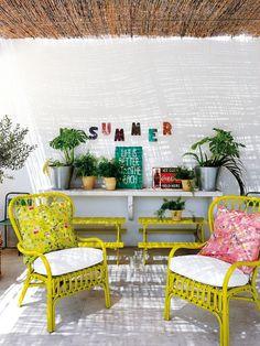Une maison dans la province de Cadix || Une terrasse d'été avec des fauteuils en rotin jaunes