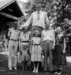 Robert Wadlow, the world's tallest man in history, with his parents and siblings in Alton, Illinois, He continued to grow until his death at the age of 22 when he was 8 ft 11 inches tall. Human Oddities, Tall People, Giant People, Tall Guys, Tall Man, Interesting History, World History, Historical Photos, Belle Photo