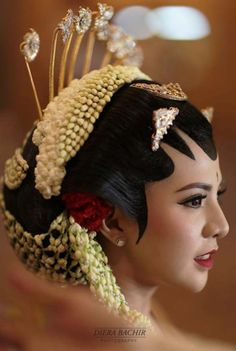 Traditional wedding hair & make up | 71 Best Traditional Indonesian Wedding Moments | http://www.bridestory.com/blog/71-best-traditional-indonesian-wedding-moments