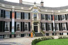 De fraaiste planten en de mooiste snijbloemen die Nederland te bieden heeft, komen dit jaar samen op Kasteel Groeneveld in Baarn voor het stijlvolle event BLOEMKUNST2016! Een tentoonstelling vol groeiende, bloeiende sfeer en schoonheid. Alle zalen in het prachtige Kasteel Groeneveld zijn in diverse stijlen ingericht door bloemstylisten van wereldklasse, met het mooiste wat de