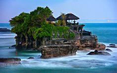 Todo #Viaje a Bali debe incluir en su itinerario de visitas el Templo Tanah Lot, una maravilla situada en una roca rodeada de mar. Es una de las esencias de#Bali y merece la pena visitar y en especial, disfrutar de un atardecer en Bali. Realiza un espectacular circuito por Bali para conocerlo http://www.felicesvacaciones.es/circuito-bali-al-completo-1023/