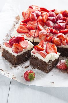 Brownies with strawberries Delicious Cake Recipes, Yummy Cakes, Sweet Recipes, Yummy Food, Fun Recipes, Cookie Dough Cake, Chocolate Chip Cookie Dough, Cake Cookies, Tray Bake Recipes