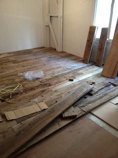 コンパネを敷いてその上に木材を敷き詰めてゆく木こり作業。