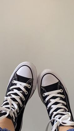 Mode Converse, Converse All Star, Beige Aesthetic, Aesthetic Girl, Jovani, Cute Girl Wallpaper, Chuck Taylor Sneakers, Me Too Shoes, Cute Girls