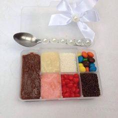Conheci essa nova tendência há poucos dias. Algumas docerias estão usando como lembrancinhas para festas uma caixinha muito criativa e supe...