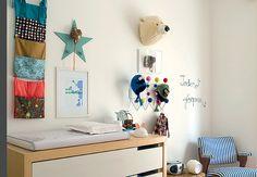 O quarto dos gêmeos Joaquim e Teodoro, filhos da designer Marcela Pepe, tem este cantinho reservado para a cômoda com trocador. Na parede, além de ganchos e quadrinhos, há a cabeça de um urso-polar de pelúcia