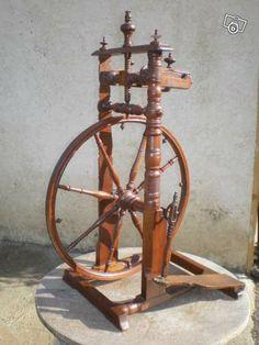 Très ancien rouet entièrement d'origine , en noyer massif , finement décoré et daté de 1833 hauteur 0.75