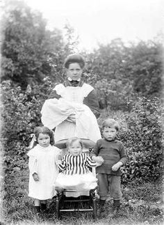 Remarquez combien la bonne était jeune! ~~ Notice how young the maid was! (A domestic servant with four small children.)
