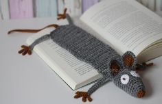 Amigurumi | Leseratte | DIY | Lesezeichen | kostenlose Anleitung | benbino | häkeln | crochet | www.benbino.com | Yarn Crafts, Felt Crafts, Diy And Crafts, Diy Bookmarks, Crochet Bookmarks, Diy Craft Projects, Crochet Projects, Knitting Patterns, Crochet Patterns