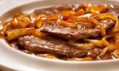 1) Refogue a cebola no azeite até ela ficar dourada.; 2) Junte o tomate, a água e deixe ferver.; 3) Coloque a carne e tempere com sal, pimenta e orégano.; 4) Tampe a panela, e deixe cozinhar por 30 minutos.;