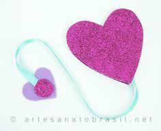 marcador-em-EVA-modelo de coração: http://artesanatobrasil.net/marcador-de-pagina-em-eva-para-dia-das-maes/