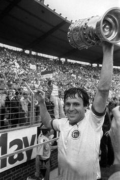 F. Düsseldorf 1 H. Berlin 0 in June 1979 in Hannover. Wolfgang Seel of Fortuna Düsseldorf with the German Polka Cup.