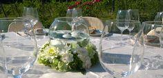 Alessandra e David. Centrotavola con boule e galleggianti con coroncina di fiori misti bianchi e verdi. Luglio 2016