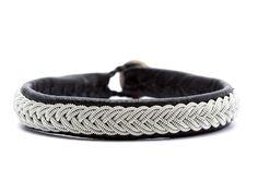 Silla samer-armbånd fra BeChristensen - udført i læder med rigtig flotte syninger i tintråden. #BeChristensen når det er bedst!