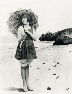 Lila Lee, with a darling parasol vintage flapper. Vintage Outfits, Vintage Fashion, Vintage Clothing, Edwardian Fashion, Vintage Jewelry, Belle Epoque, Vintage Pictures, Vintage Images, Vintage Beach Photos