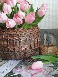 Arreglo floral de primavera con tulipanes #DecorarConFlores