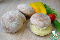 Мука цельнозерновая — 280 г     Кефир (сначала влейте 0,75 стакана) — 1 стак.     Соль — 0,75 ч. л.     Сахар — 0,5 ст. л.     Масло сливочное — 1 ст. л.     Дрожжи (сухие) — 1,25 ч. л.     Яйцо куриное (бутерброд)     Сыр твердый (бутерброд)