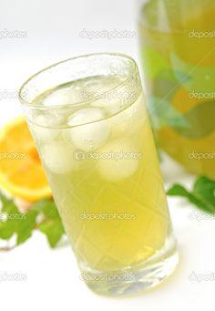 Dissetatevi con un bicchiere di te verde freddo. Antibatterico naturale aiuterà a mantenere sana la vostra bocca
