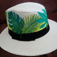 SOMBRERO PINTADO Painted Hats, Hand Painted, Hat Decoration, Cowgirl Hats, Diy Hat, Dream Art, Custom Bags, Summer Hats, Fabric Painting