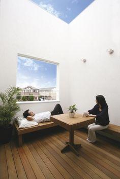 二つのテラスをもつ公園のような家 (Sturdy Style 一級建築士事務所)|屋上・テラス・中庭_面積|建築実例|埼玉・千葉・東京の注文住宅・建て替えならポラス(POLUS)の注文住宅 Japan Architecture, Interior Architecture, Patio Interior, Interior And Exterior, Japanese Modern House, Porch Veranda, Small Tiny House, Weekend House, Street House