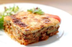 Moussaka is the perfect dish if you are in Bulgaria and want to experience traditional recipes. Here is the Moussaka recipe! Traditional Greek Moussaka Recipe, Traditional Greek Salad, Zucchini Pie, Plats Weight Watchers, Greek Dishes, Vegetable Puree, Bechamel, Vegetables, Greek Food Recipes