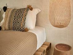 chambre-a-coucher-exotique-en-bois-clair-couverture-de-lit-beige-linge-de-lit-blanc