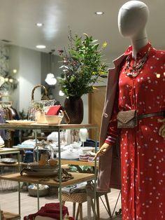 Escaparate e interior realizado por Donegal Cleef Donegal, Visual Merchandising, Ecommerce, Interior, Shop Displays, Indoor, Interiors, E Commerce